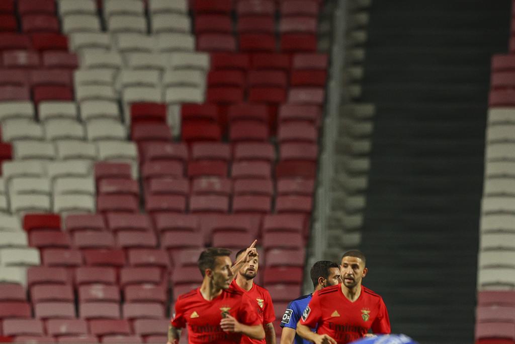 7.º jogo consecutivo que o Benfica marca 2 + golos: Famalicão⚽⚽⚽⚽⚽ Moreirense⚽⚽ Farense⚽⚽⚽ Rio Ave⚽⚽⚽ Lech Poznan⚽⚽⚽⚽ Belenenses SAD⚽⚽ Standard⚽⚽⚽ https://t.co/DniOzqcv98