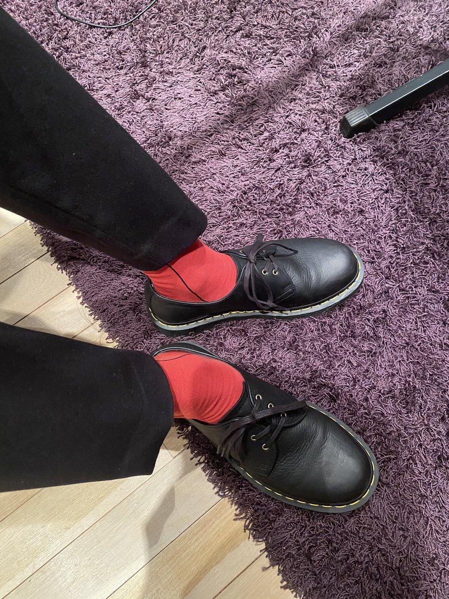 そうまから #glamb × #斉藤壮馬 のコラボ靴下もらった!さっそく履いちゃったよ〜そしてその図をそうまが写真撮ってくれた☺️他のアイテムもめっちゃ可愛いね!