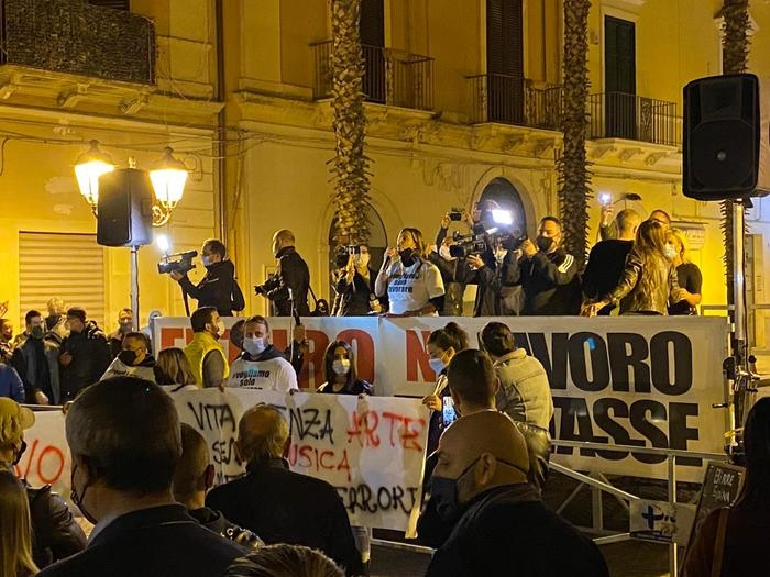 Taranto, sit-in contro il nuovo dpcm: 'No lavoro, no tasse' https://t.co/IDwSHhs1dr https://t.co/aXuobTO0aZ