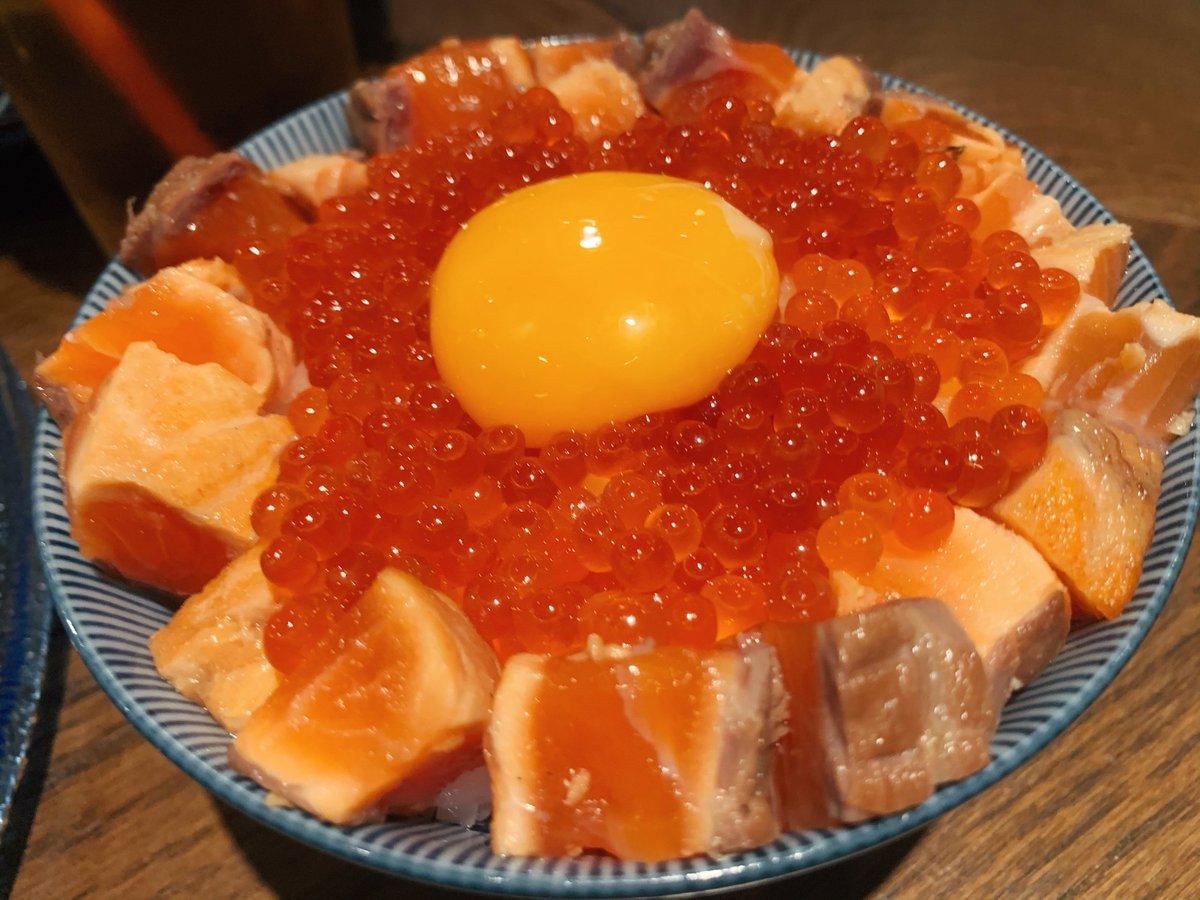 【サーモンパンチ】@愛知(名古屋):栄駅から徒歩5分色んなサーモン料理を食べられる専門店名物メニュー「炙り漬けサーモンとイクラの玉子かけご飯」は、卵黄トロトロな状態でサーモン&イクラを楽しめる贅沢TKG!メニューの大半がサーモン尽くしなので、サーモンまみれになりたい人にオススメ!