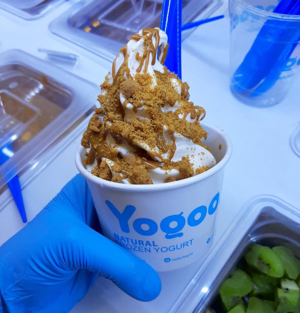 Have your favourite frozen yogurt with Biscoff spread and crunchy Biscoff biscuits 😀🙌   #helloyogoo #experienceyogoo #yogoo #YogTub #frozenyogurt #frozenyoghurt #froyo #london #woking #guildford #healthyfood #lifestyle #likeforlike #uk #yummy #tasty #delicious #sweet https://t.co/sypqrbBTJY