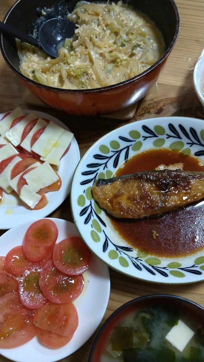 晩御飯。・ブリの蒲焼き・トマトとスライスチーズのカプレーゼもどき・白菜と玉葱の玉子とじ(・お味噌汁でした。私はチーズがダメやけん、トマトのみ💦昨日の高野豆腐の煮物もこっそり写ってるっちゃんね( *´艸`)