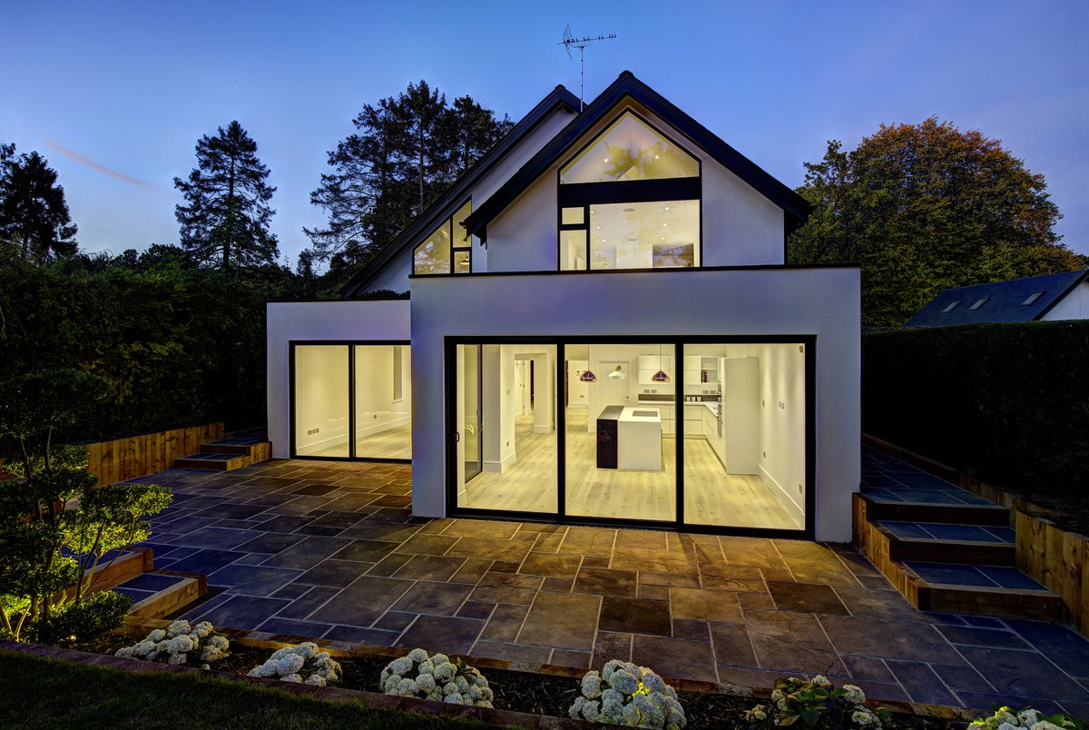 The signature #slimslidingdoor from our @SiegerAluminium range is designed to offer #minimalsightlines to bridge the gap between indoor and #outdoorenvironments  View the product here >>> https://t.co/30UAfBWc4d https://t.co/XdcG6OdCYV