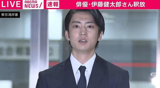 【画像】伊藤健太郎、送検中の車内で爆睡してる所を撮られていたwwwww