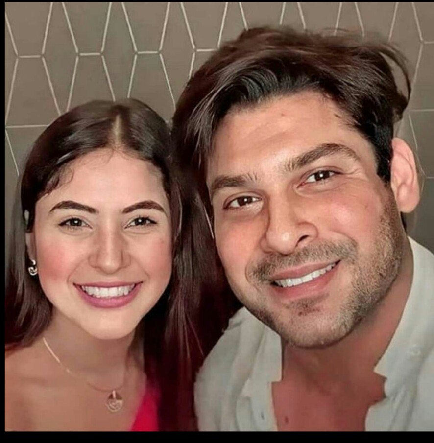 This will remain the best selfie for all sidnaaz fandom bcz it contains many emotions and happiness #SidNaazians  #OUR HEARTBEAT SID SANA https://t.co/8M0NUz2htM