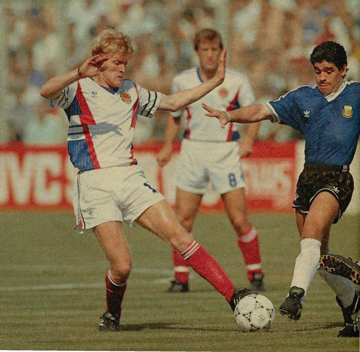 #Europa 🌍  Una foto doble con una particularidad: en #Italia90, Maradona enfrentó a Robert Prosinecki, que jugaba para Yugoslavia. Y en junio de 1994, volvió a cruzarse con Prosinecki, pero esta vez en un amistoso que marcó su debut para la selección de #Croacia 🇭🇷. https://t.co/uTOoPtQwlY