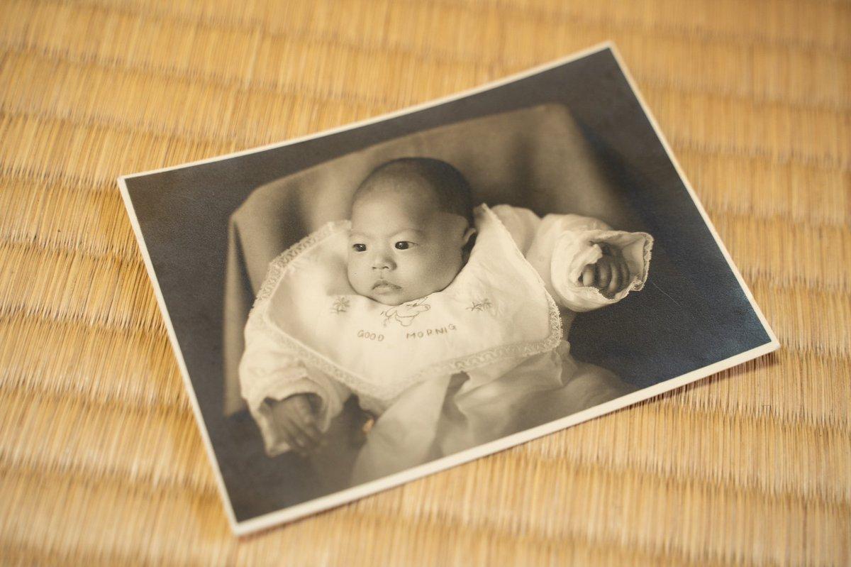 祖父の遺品整理をしていて見つけた古い写真たち。銀色に輝く赤ちゃんの写真。おそらく父かな?トーンがうつくしい。しっとりしていて重みがある。こんな風に撮りたいなあ。