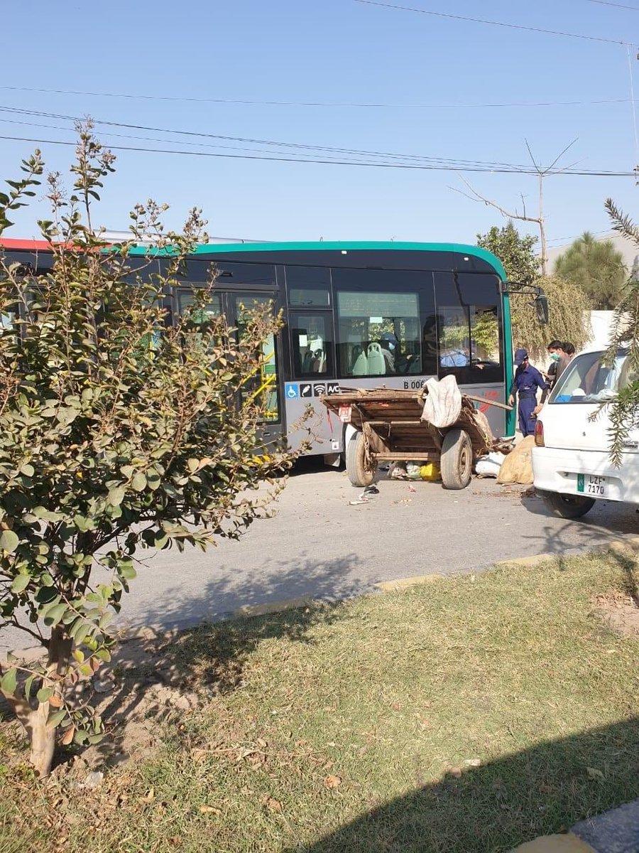 پشاور میں بی آر ٹی بس نے گدھے کو کچل دیا۔ 🤦🏻 https://t.co/lb723xWnhX
