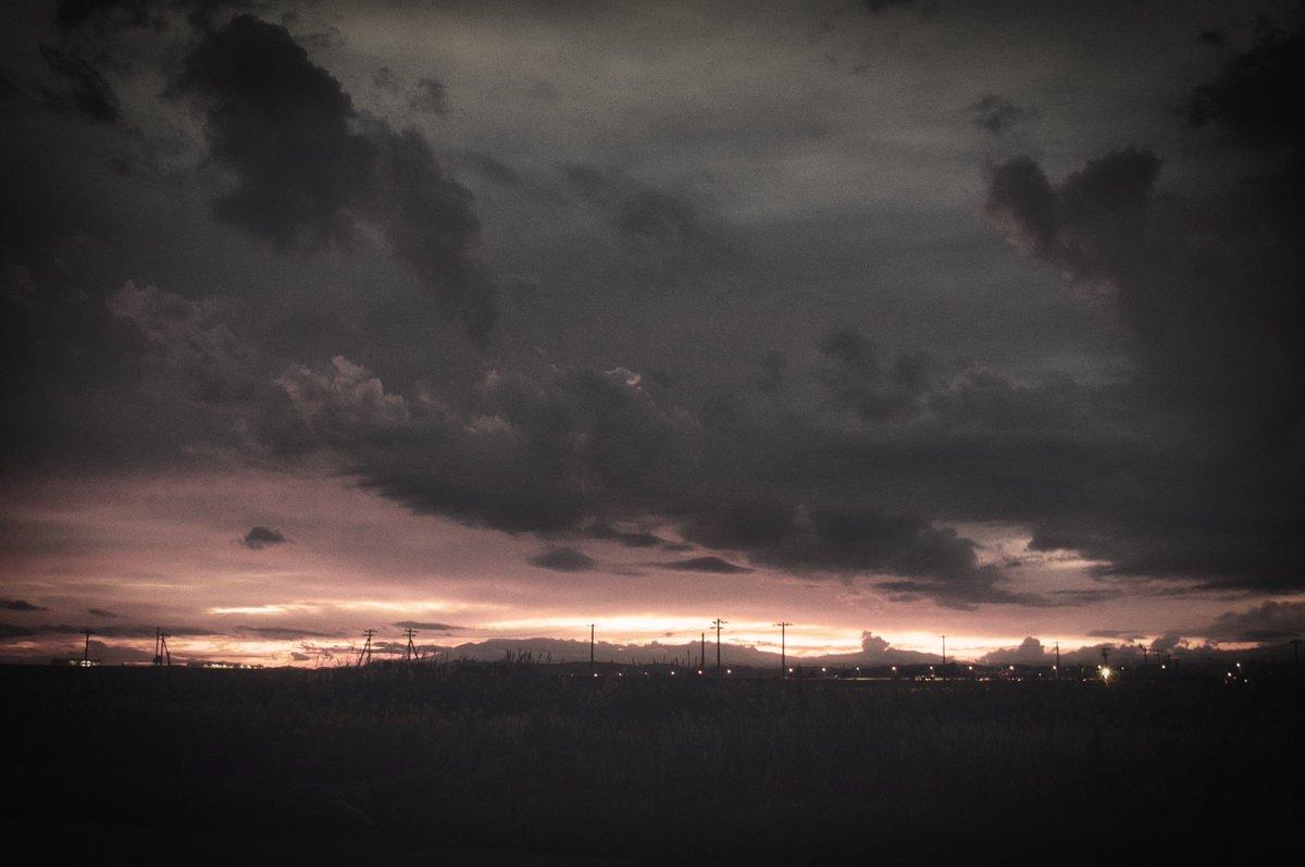 日が沈んだあとの残光というか、なんというか。 それも好き。  Luminar4 Remarkableをベースに編集。  #ファインダー越しの私の世界  #写真で奏でる私の世界 #Luminar4  #PENTAX k-3Ⅱ 21mm Limited https://t.co/FGIzEbrUi8