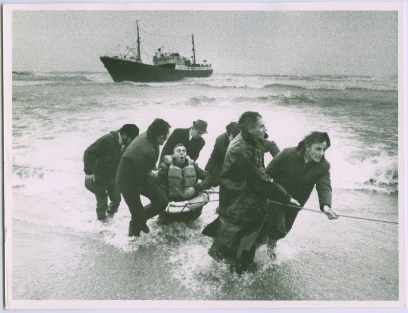 The wet & wild weather prompted us to look to our shipwreck collection this #photofriday - this powerful image is of the rescue of a crewman from the Nurzec, a Polish trawler wrecked off Aberdeen in 1974.  #shipwreck #sea #rescue #photography #archives #exploreyourarchive https://t.co/ZhkdgkOW5x