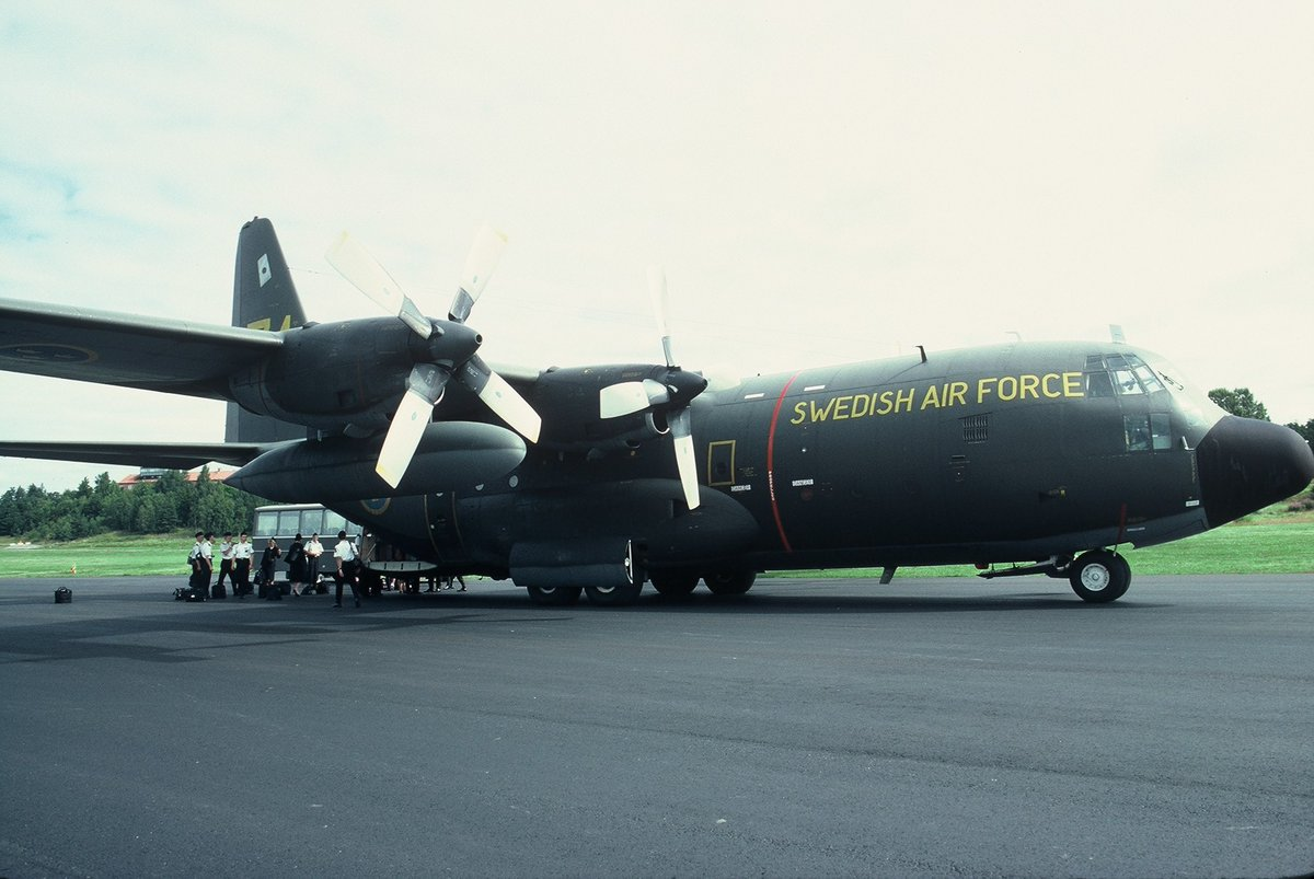 Lockheed C-130 Hercules, one belonging to the Swedish Air Force, one the Royal Air Force, both in what's now historic paint schemes. #c130 #lockheedhercules #avgeek #avgeeks #aircraft #aviation #flygvapnet #royalairforce https://t.co/np4dZQPoGe