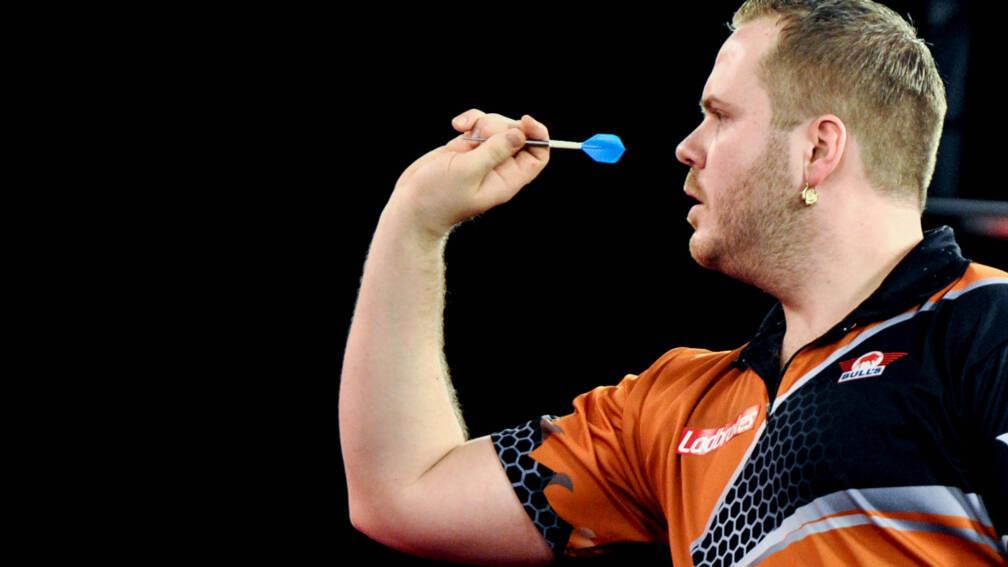 Van Duijvenbode toont veerkracht tegen Smith en bereikt kwartfinales EK darts.  https://t.co/9AIuXU3rgX  Dirk van Duijvenbode heeft de kwartfinales van het Europees kampioenschap darts bereikt. In de Westfalenhallen in Dortmund versloeg Aubergenius, zoals zijn bijnaam lui... https://t.co/G0fVfV37FD