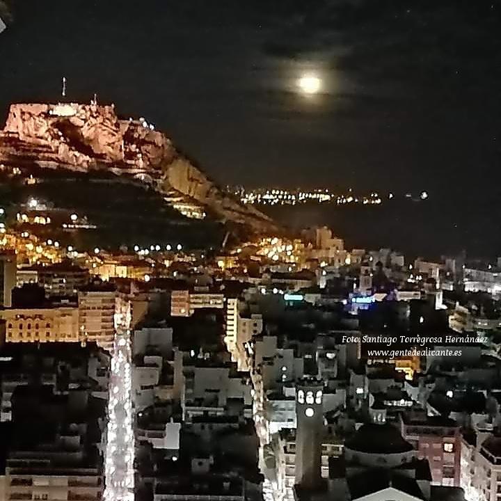 Buenas noches #GentedeAlicante 😍🌃📸🏰🌝🌃🤩 Con éstas bonitas vistas de #Alicante y  #CastilloSantaBárbara con la #luna nos despedimos #BonaNit Familia!🥰🤗#LaMillorTerretadelMón #ProvinciadeAlicante #ComunidadValenciana #España #CostaBlanca #lanuvees #enalicante #EAlicantinas https://t.co/21YJfOv1fD