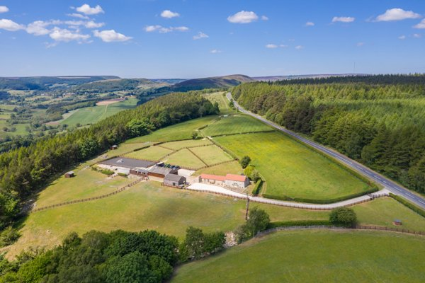 Just listed, a superb equestrian property with outbuildings and land in an outstanding elevated setting overlooking the magnificent Ryedale countryside. Guide price £975,000. bit.ly/2HLHsDp #snilegateheadfarm #helmsley #ryedale #equestrian #rural #countryhouse #yorkshire