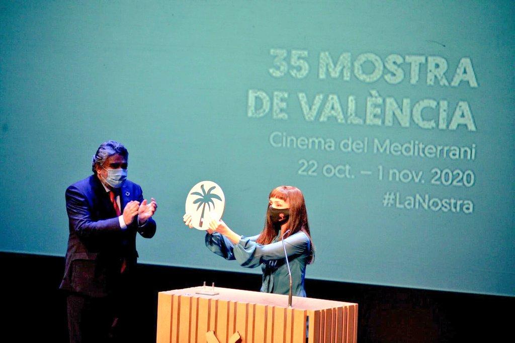 La actriz, directora y guionista portuguesa @mariademedeiros ha recibido, de manos del ministro de @culturagob @jmrdezuribes, la 'Palmera de Honor' de la 35 @lamostravlc, Festival de Cine del Mediterráneo de Valencia, que ha celebrado su clausura en @La_Rambleta  #CulturaSegura https://t.co/j0Her6zGQo
