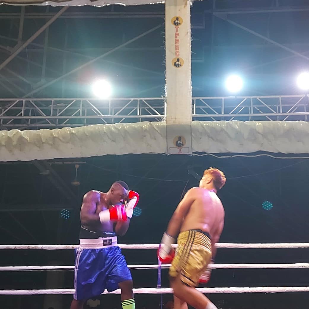 #BreakingNews Bondia Twaha Kiduku ampiga Sirimongkhon kutoka Thailand kwa TKO raundi ya saba.   #AzamSports2HD #Boxing #Vitasa #UsikuWaVitasa #NgumiJiwe #KidukuVsSirimongkhon https://t.co/SSinLeSN7U