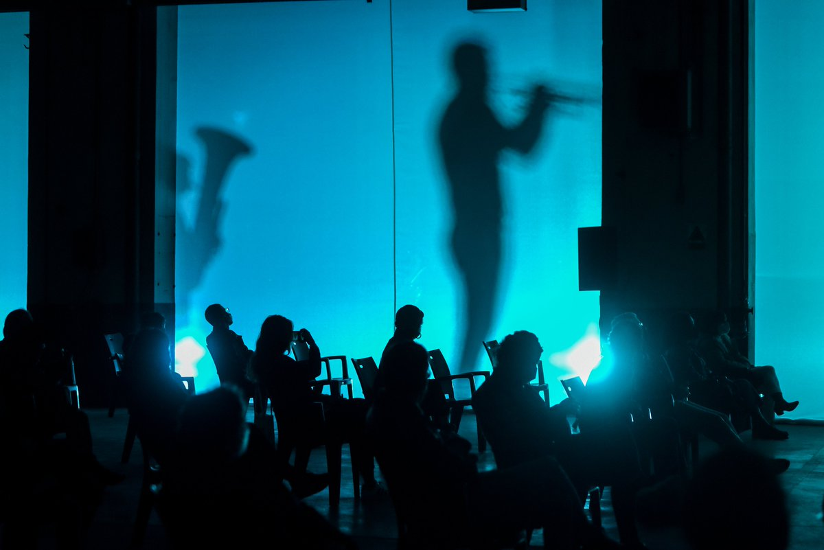 Hay espectáculos en los que se sube el telón, y otros en los que la magia comienza tras una cortina... Así vimos a Xixón Trap Jazz Quartet al inicio del estreno del cine-concierto de 'Garras humanas' esta noche.  #saco #saco6 #culturasegura   📷@Ivan_Mar_Zenit / SACO https://t.co/R1bcLXe0Ot