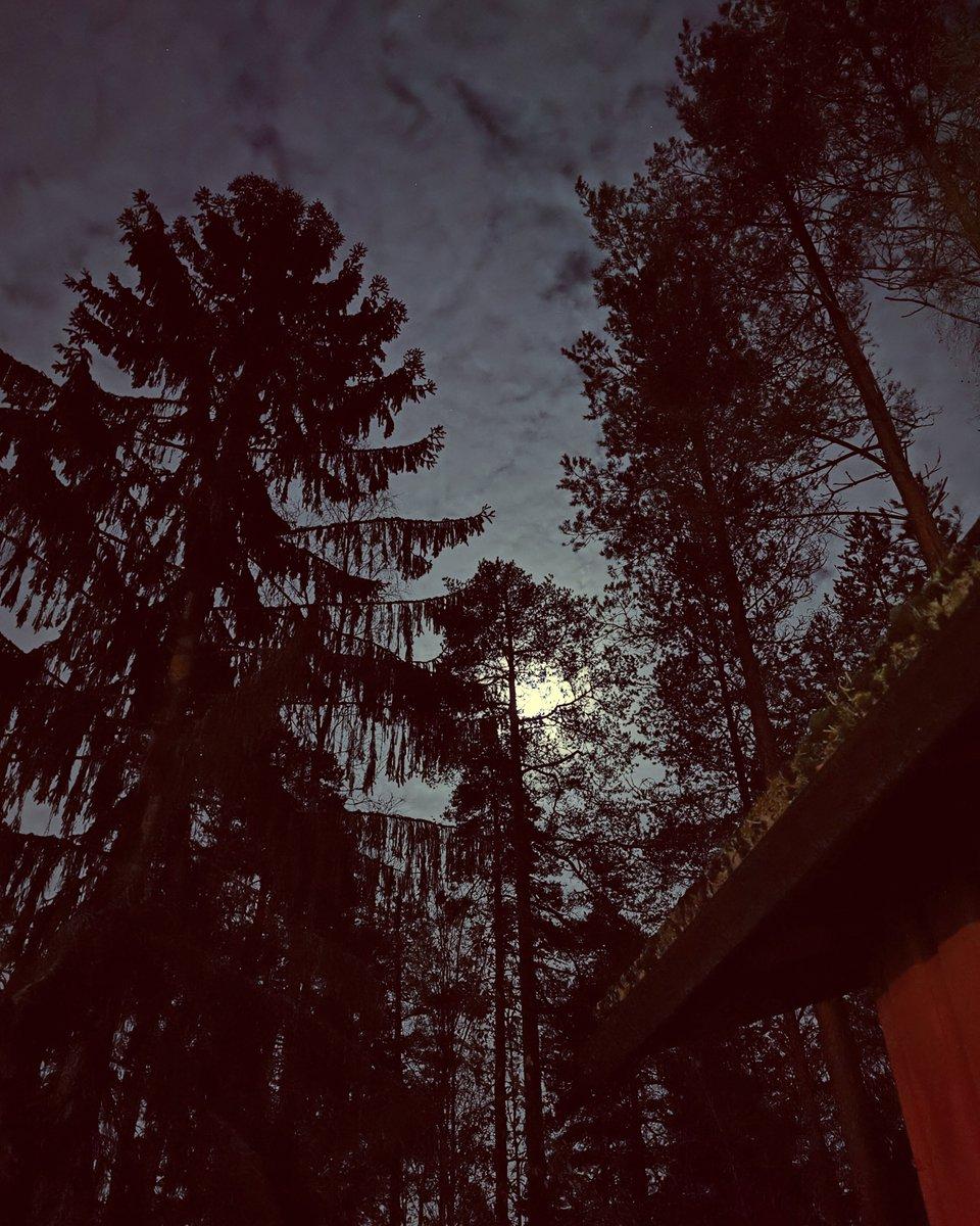 Ilta, kuutamo ja Imatra. - - Night, the moon and Imatra.  #imatra #night #finland https://t.co/REAMpBBgWI