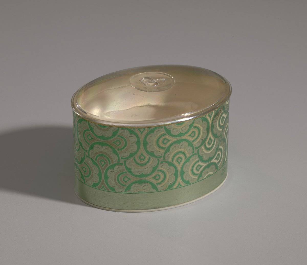 Green and gold makeup box from Mae's Millinery Shop, 1941-1994 https://t.co/ZxabtaBEyL #openaccess #museumarchive https://t.co/useFjRinZH