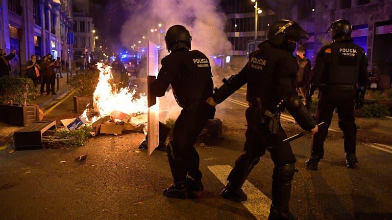 Barcelone: affrontements entre des manifestants opposés aux restrictions de circulation et des policiers https://t.co/NI9YlBIbXv https://t.co/vnp3FJ3pVU