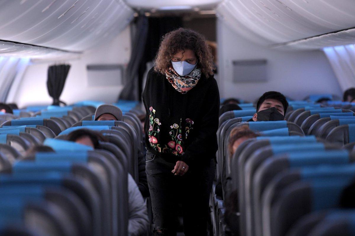 Durante el vuelo: mantas, almohadas y auriculares estarán suspendidos. No habrá servicios de snacks y bebidas en vuelos regionales, y contarán con un menú de contingencia en bolsas individuales sólo para vuelos internacionales. https://t.co/f81hpp8wgX