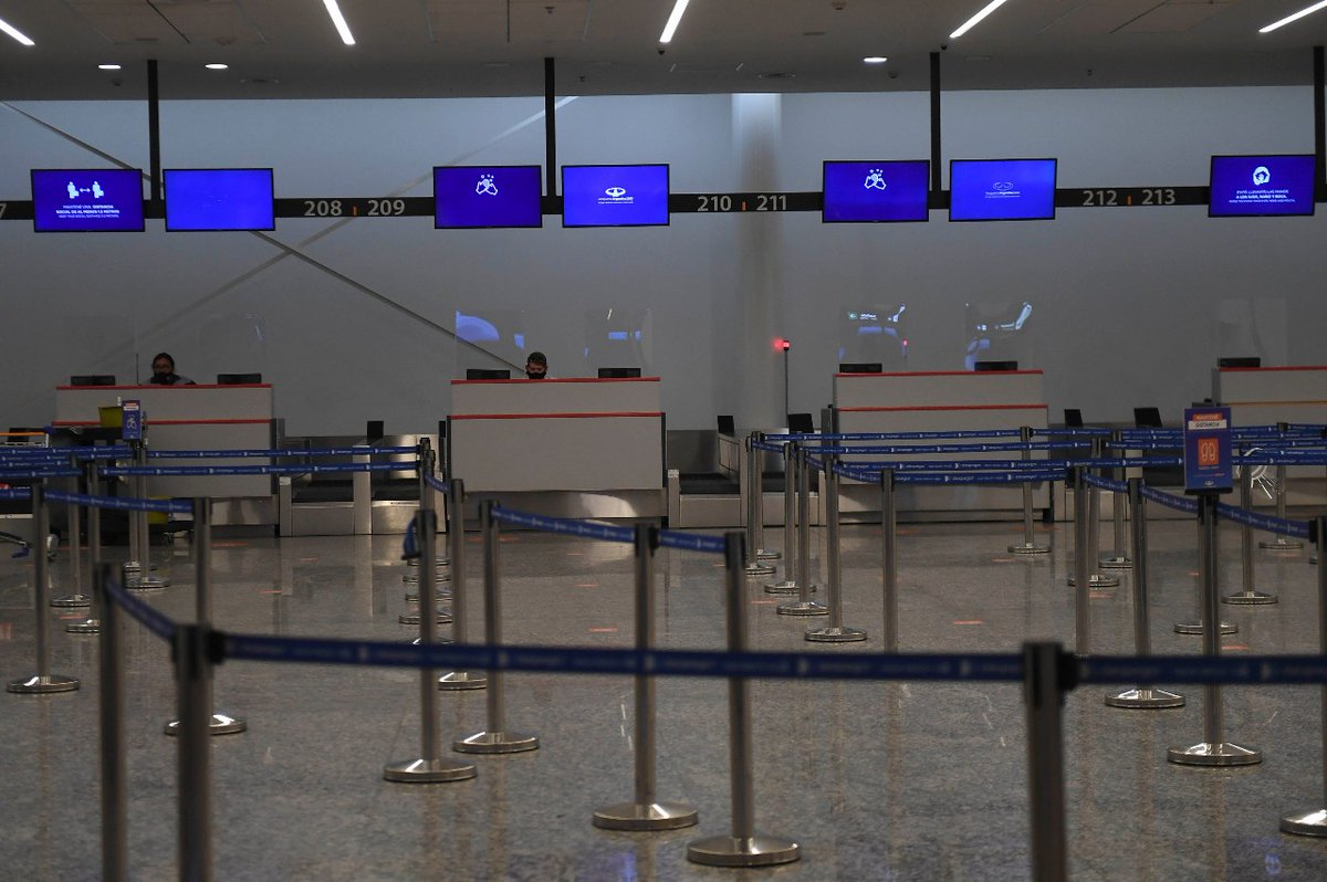En el aeropuerto: los pasajeros deberán respetar la distancia mínima de separación requerida, indicada con señalética en pisos y cartelería. Además, las salas vip permanecerán cerradas. https://t.co/In5eb90w95