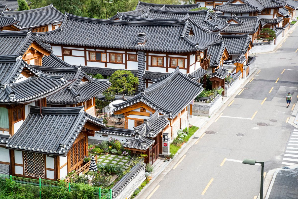 Eunpyeong Hanok Village is so different from the city!  Can you believe this is in Seoul?! 🤩  📍 127-27, Jingwang-dong, Eunpyeong-gu, Seoul  (서울 은평구 진관동 127-27)  #VisitKorea later #kto #OurHeartsAreAlwaysOpen #hanokvillage #seoul https://t.co/v4v3wnoQKw