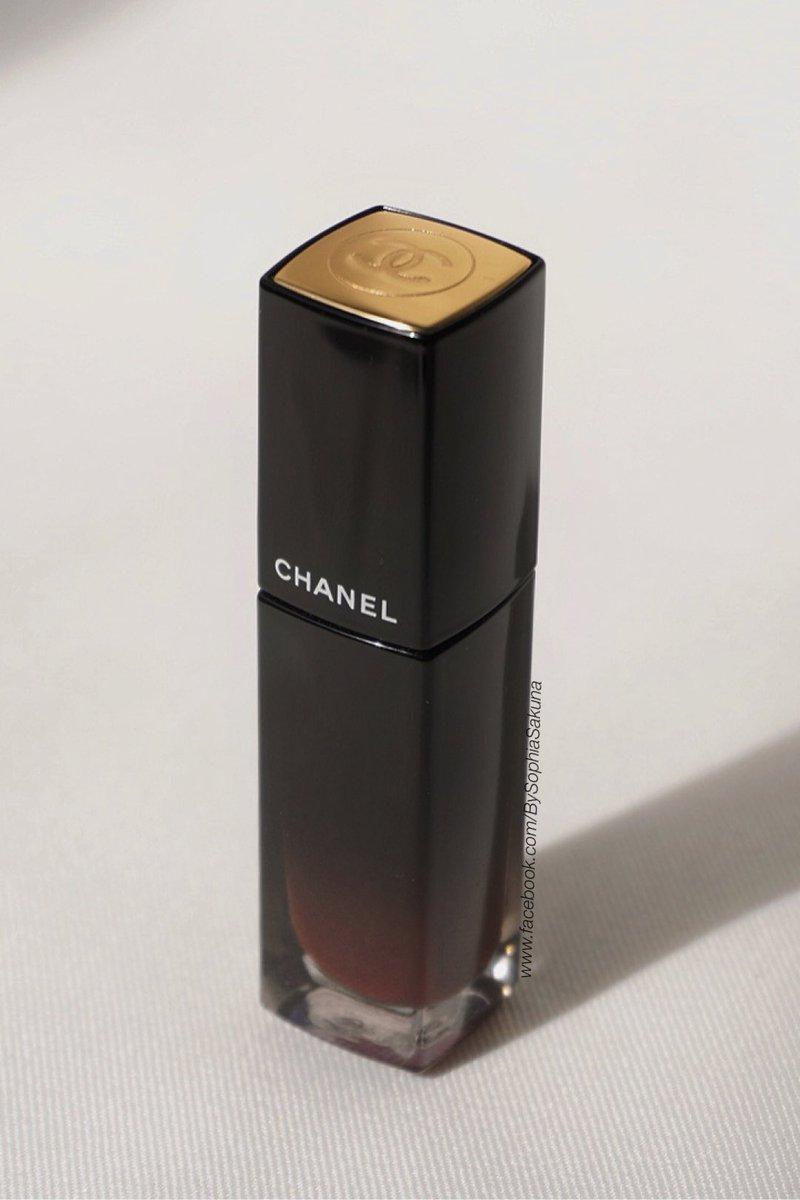 วี๊ดดดดด ลิปรุ่นใหม่จาก @CHANEL สีสวยมากกก!!😱  สีนี้เป็นโทนน้ำตาลแดงก่ำๆ สีเกามาก ละเค้าเป็นลิปลิควิดที่มีtexture เป็นซาตินอ่ะแม่!! ยิ่งทาเบลนด์ฟุ้งๆ คือสวยย 💕 ▪️Chanel Rouge Allure Laque #75Fideelite ▪️1,400.- ——— #RougeAllure #CHANELMakeup #reviewbysophia_sakuna #ของดีบอกต่อ