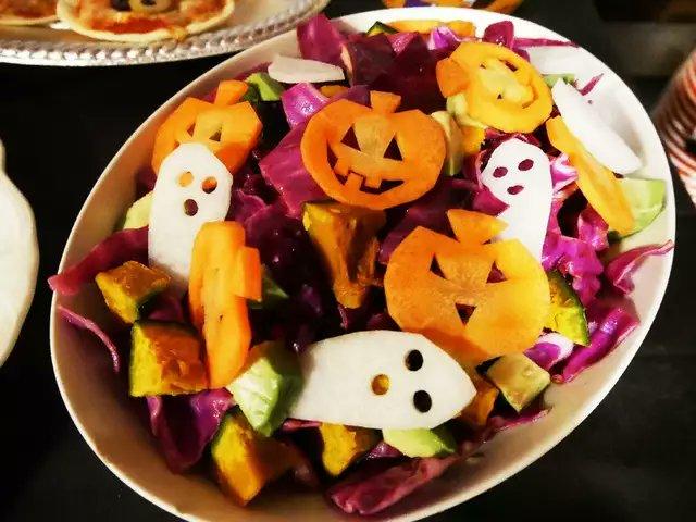 Happy Halloween! 🎃🦇🎃わが一族(主に妹)がつくってるハロウィンレシピを置いておきますね。墓場スイーツ、モンスターバーガー、おばけブラウニー、デビルエッグ、ミイラソーセージほか新作もあるよ🎃💀
