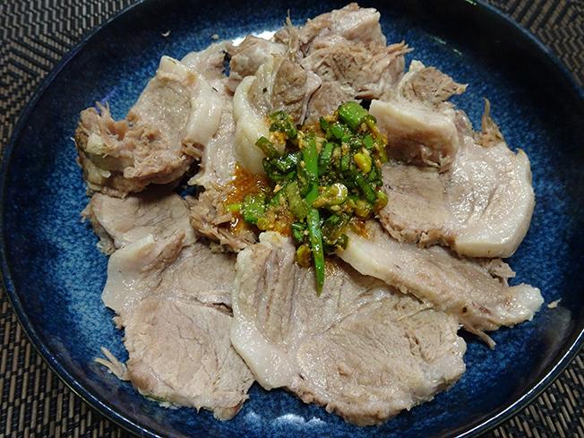 韓国風茹で豚のポッサム。炊飯器ですごく簡単にできる。茹で汁をスープにし、茹で豚厚切りスライスを乗せ、ニンニクと九条ネギ入れた細麺のラーメン。すごく美味しいけど……太るからやめよ。ポッサムのレシピ手作り 焼肉のたれ#夕ごはん