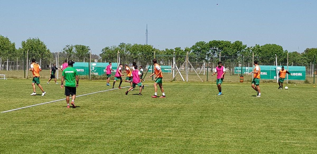 ⚽️ #FÚTBOL: La práctica con constantes indicaciones de los diferentes entrenadores de cada línea. ♥️ Conectamos y Unimos 💚 https://t.co/tpKqMsAU6L