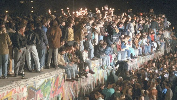 On this day in 1989, the Berlin Wall comes down. The infamous barrier between East and West stood for exactly 10,315 days. https://t.co/pVGYuSMXEq