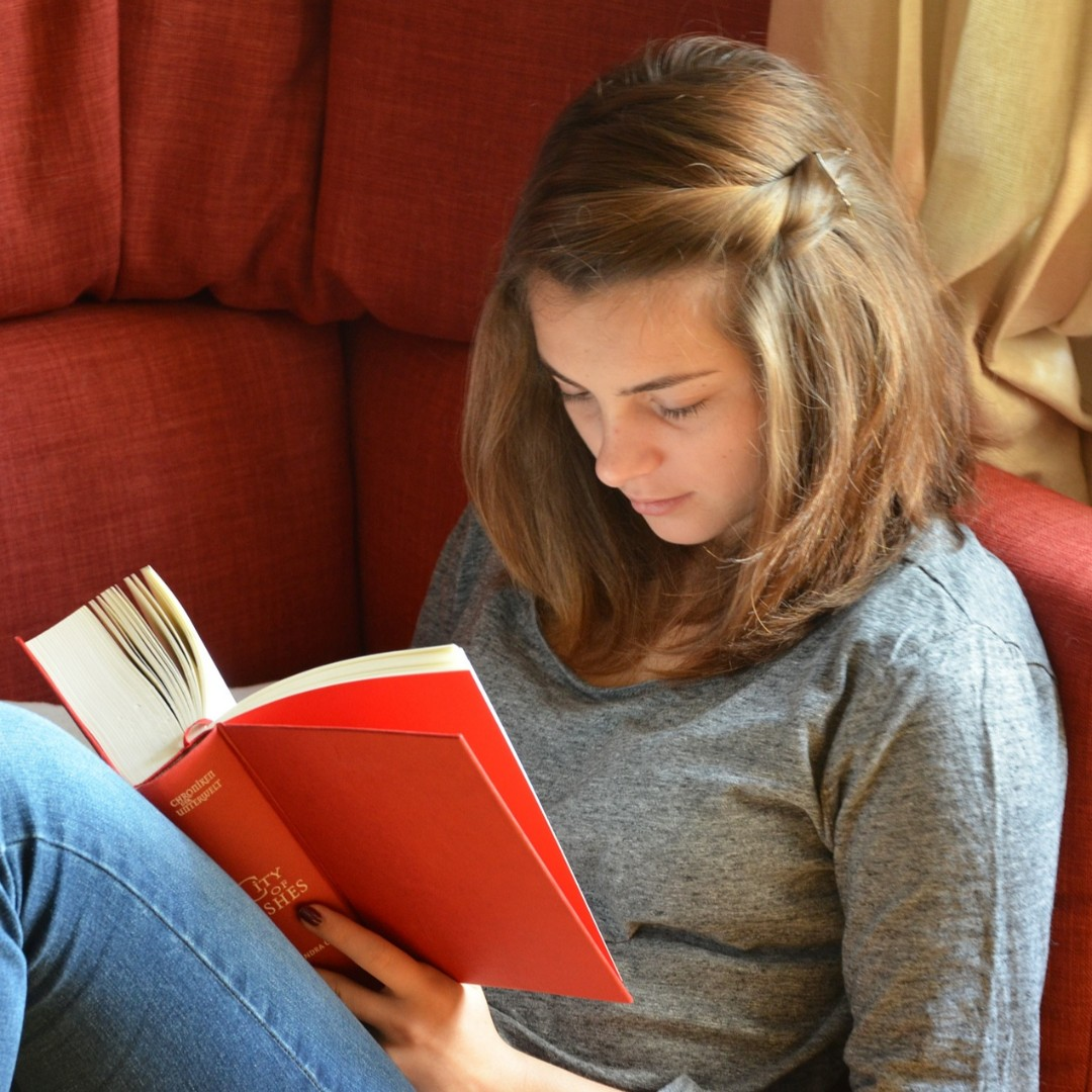 The benefits of reading aloud arent just for elementary students. Hearing books read aloud can help adolescents with comprehension and engagement. Learn more about how reading aloud can improve comprehension and boost engagement at edut.to/2uFpPOQ.