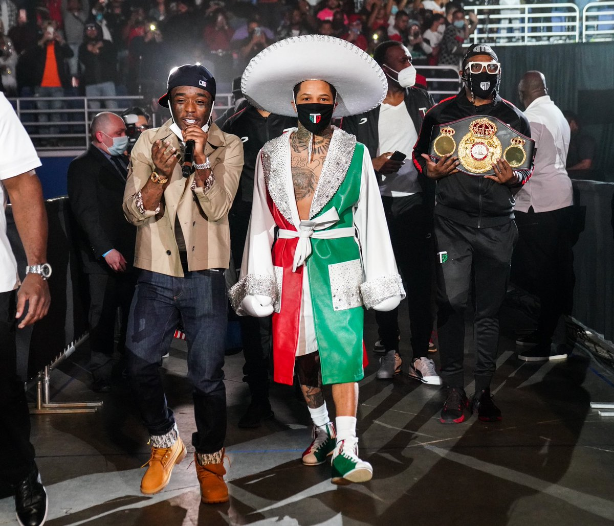 The Champ @gervontaa paid homage to Big Bro @floydmayweather with tonight's walkout outfit.  Which fight did Floyd Mayweather wear this outfit? #DavisSantaCruz