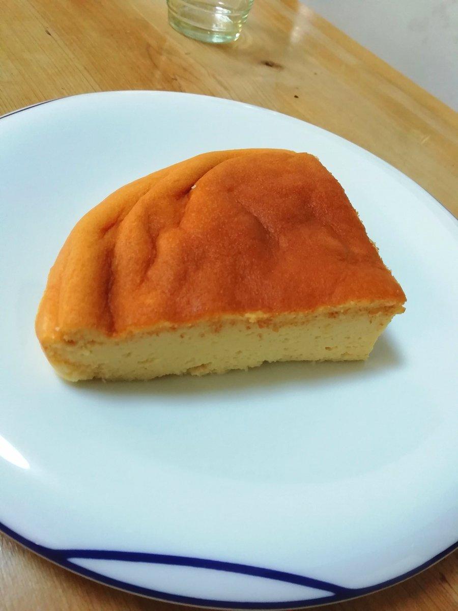 炊飯器で簡単に作れるチーズケーキ、家族に好評だったので再度作ってみた。この前よりそれっぽく出来た~!めっちゃ膨らんでる焼き立てより、半日~冷蔵庫で冷やした方が生地がギュッとしまってめっちゃチーズケーキになる。もうケーキ屋で買わなくて良いなレシピ↓