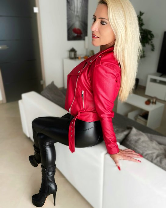 💋 Sunday Kiss 💋 #daynia #mydirtyhobby #leather #leatherpants #leatherjacket #boots #blonde #blondehair