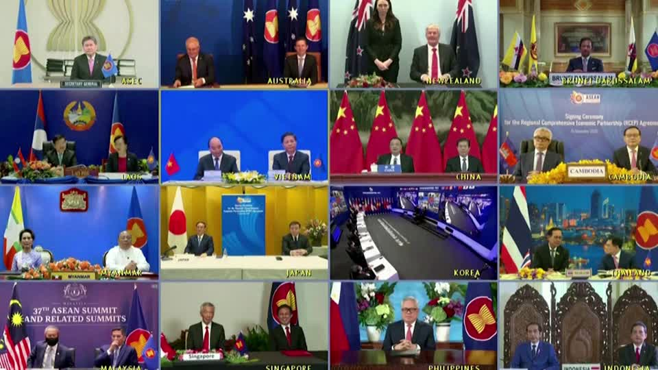 WATCH: Fifteen Asia-Pacific countries formed the world's largest free-trade bloc, a China-backed deal that excludes the U.S. This will also mark the first time rival eastern powers China, Japan and South Korea have been in the same trade deal https://t.co/lyf4RmtEbf https://t.co/vLBsTvllPR