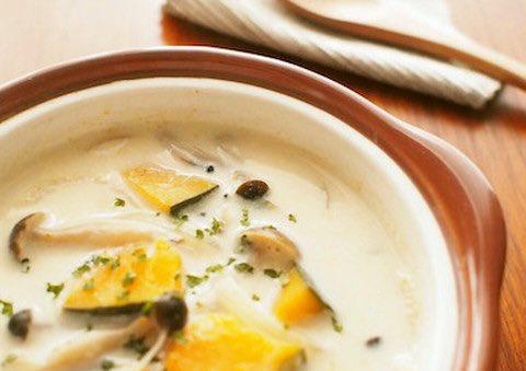 /ゴロゴロ具だくさん☺️ほっこりおいしい豆乳スープ♨️\ㅤかぼちゃにさつまいもさん、キャベツにコーンさんなどたくさん入れることで、おいしさも食べごたえもアップ! お好みのパンなどを添えれば、朝ごはんにも🍳🍠🌽🥬ㅤ→ 肌寒い朝に◎ぽかぽか具だくさん豆乳スープ