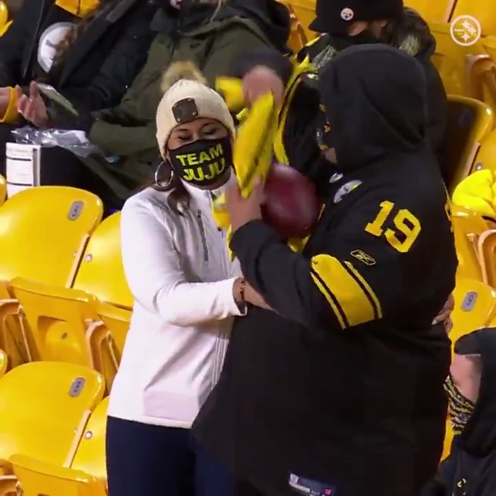 Score a touchdown ☑️ Throw the ball to your parents ☑️  @TeamJuJu