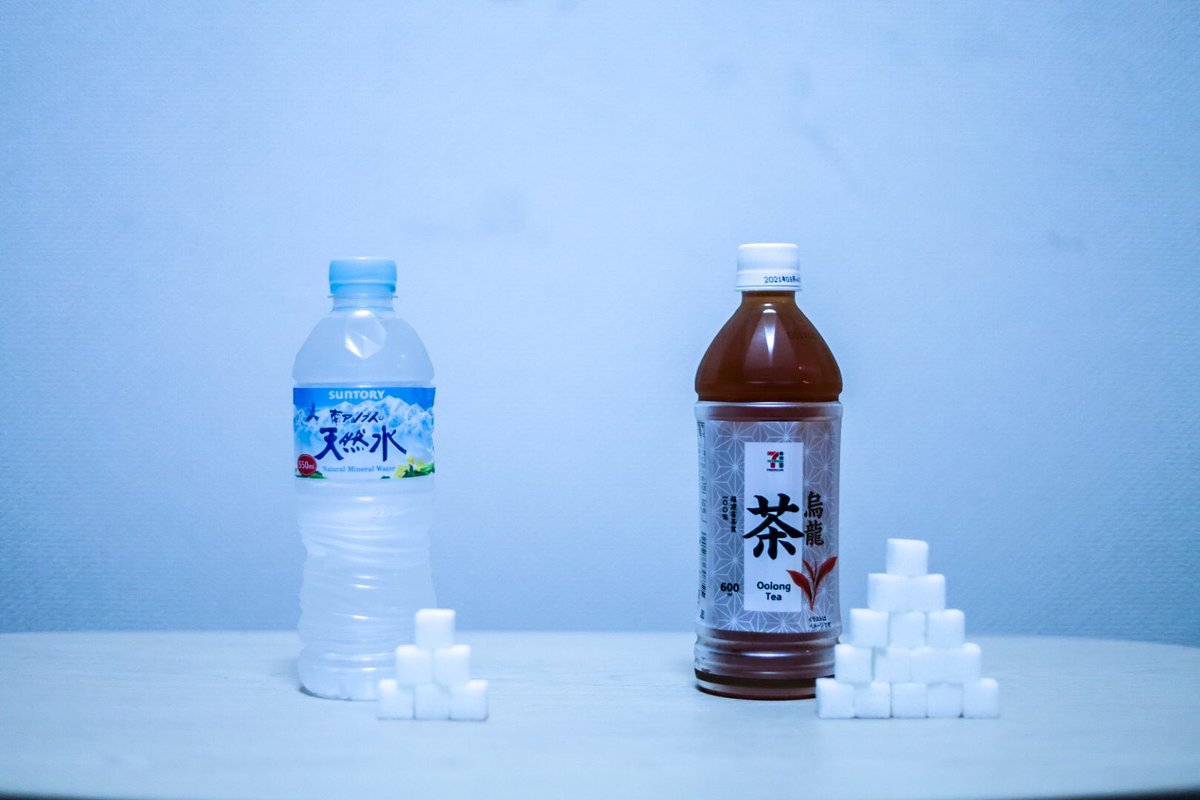 横に適当な数の角砂糖を積めば、どんな液体でもその中に入っているように見えるのでは?と思って、やってみた。かなり「見える」ことがわかった