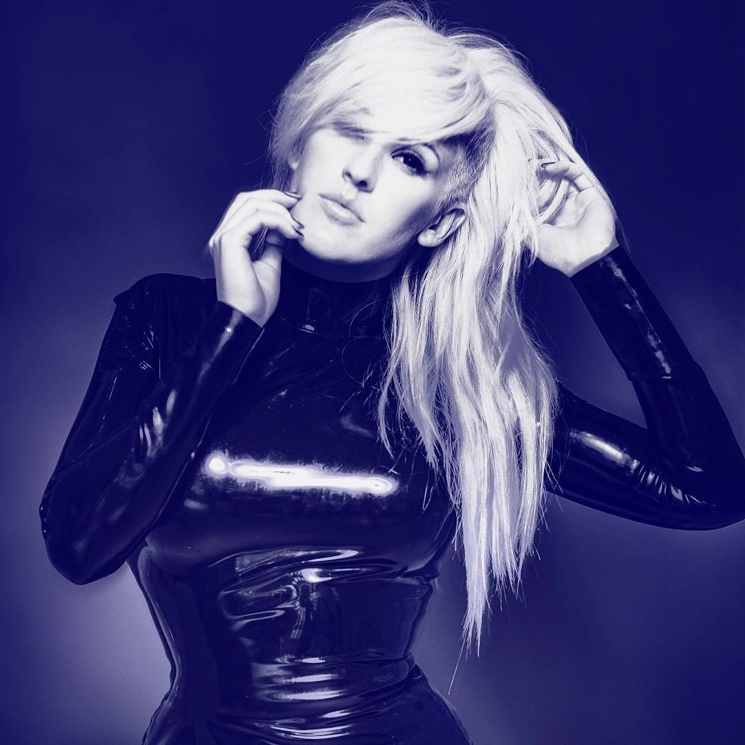 """Ellie Goulding on Twitter: """"A portrait from the Halcyon era, by Simon  Procter 🖤 What was your favourite song from Halcyon?! Those were the days!  X #LatexisaNightmare… https://t.co/SAfiREHurg"""""""