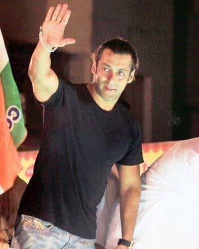 "☆☆-""#Good Night 🤔☺️😴😇 #Sardar_Singh #BhaiJaan's @iSKsCombat_❤#Nadeem_Ali_Khan 💚#SalmanKhan Ka Fans 😉 -: #TiGER 🐅 #TiGER 🐅 #TiGER 🐅 #TiGER3 #Kick2 #Redhe #Race3  :- 40DAYS TO SALMANs BDAY🎂 -: @SalmansCombat #Sardar_Singh :- #LIKE_COMMENT_Shere Please 🙏🏻 #BhaiJaan 😏 🙋♂️"