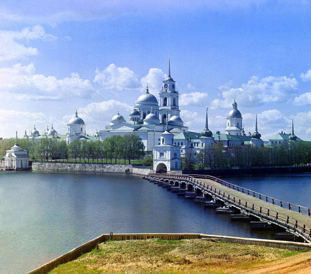 It's like peering through the window of a time machine: a magnificent photograph taken 110 years ago. It is the Monastery of St. Nilus on Stolbny Island in Lake Seliger, Russia, taken in 1910 by Sergey Prokudin-Gorsky. It is original colour (not colourised). https://t.co/iePpKHr2OR