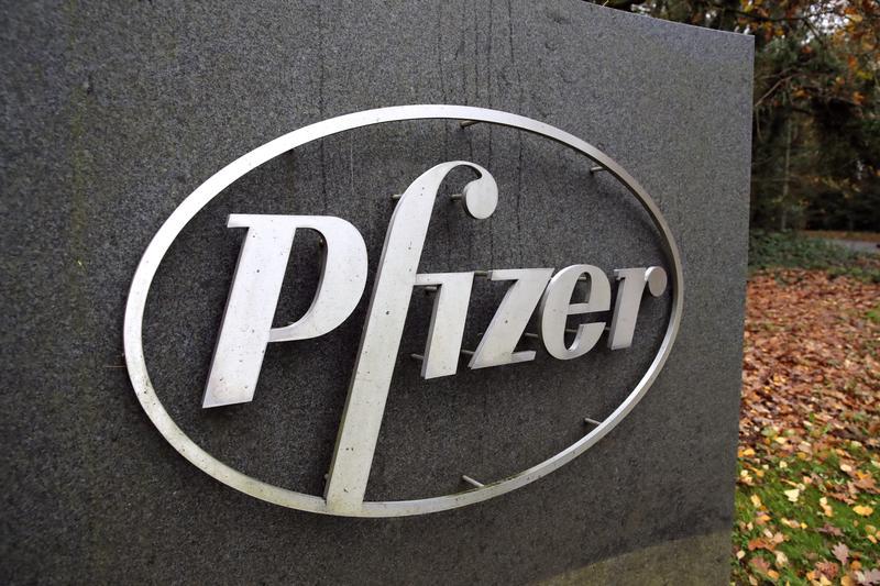 Pfizer shares drop as Moderna vaccine seen easier to distribute https://t.co/Cla15ykQFK https://t.co/tWnnc6SCa2