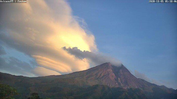 Fenomena Awan Lenticulariz di Gn. Merapi, Gn. Merbabu dan Gn. Lawu pagi tadi. Yogyakarta - Jawa Tengah 05 Nov 2020...Apakah ini pertanda semesta, Covid 19 akan segera berlalu ?? #merapi #katonbagaskara #jogja #yogyakarta #awan