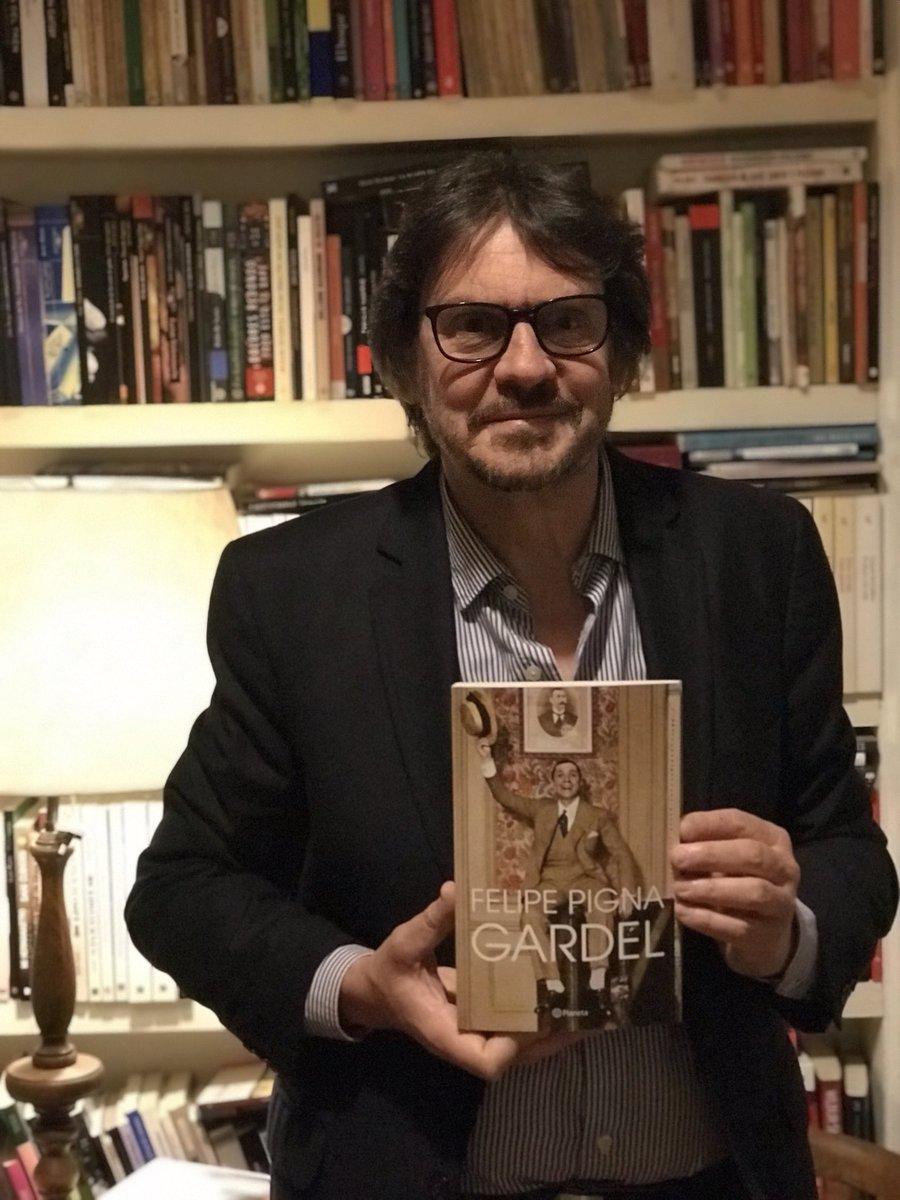 """Felipe Pigna on Twitter: """"Primer ejemplar de mi libro sobre Gardel! Mucha  emoción. El viernes 13 en todas las librerías.… """""""