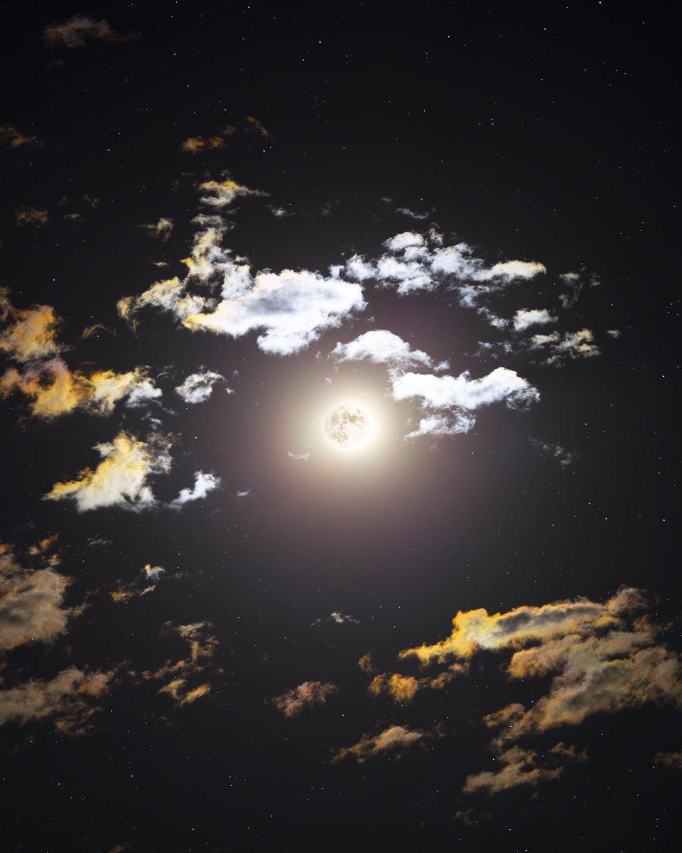 RT @astrofalls: Iridescent clouds around the full moon https://t.co/uViG6e0k4d