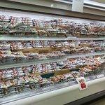 とあるスーパーの鮮魚コーナーが?全てチョコモナカジャンボという奇妙な光景…。