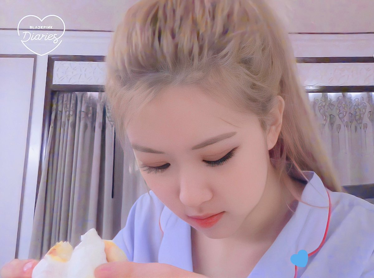 Hi girls and boys, Im called Roseanne and I just woke up and welcome to pajama news 💘 #로제 #ROSÉ #BLACKPINK