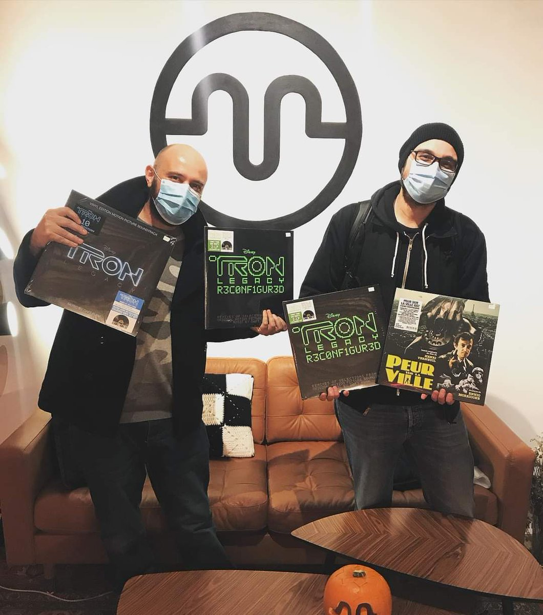 """Recuerdos del Record Store Day de hace unas semanas cuando Óscar y Luis vinieron a por sus """"Trones"""" 💚💙💚  Muchas Gracias chicos!!!! . @RSD_Spain  . #tron #daftpunk #rsd #rsddrops #salvemoslastiendasdediscos #SeguimosAquí #mariliansmagazine #loverecordstores"""